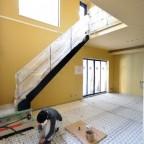 コンクリート床のための床暖房の仕込み