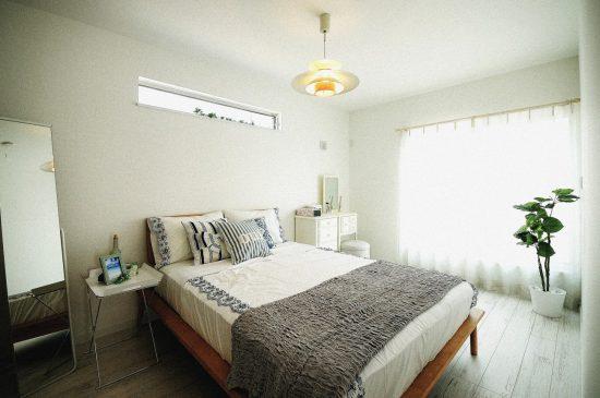 南欧風の家 寝室の風景