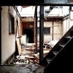 解体中の古家にて。